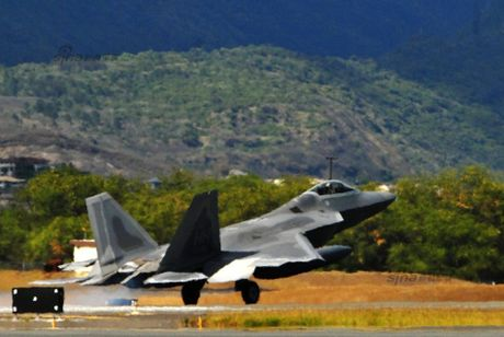 Muc kich F-22, Su-30MKM tap tran hoanh trang o Malaysia - Anh 4