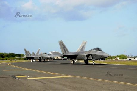 Muc kich F-22, Su-30MKM tap tran hoanh trang o Malaysia - Anh 7