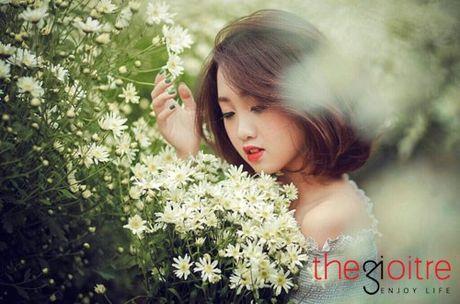 Thieu nu 10X dep tinh khoi, khoe sac giua vuon cuc hoa mi - Anh 3