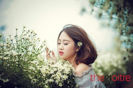 Thieu nu 10X dep tinh khoi, khoe sac giua vuon cuc hoa mi - Anh 6