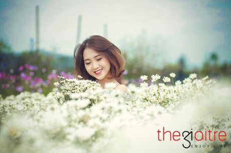 Thieu nu 10X dep tinh khoi, khoe sac giua vuon cuc hoa mi - Anh 7