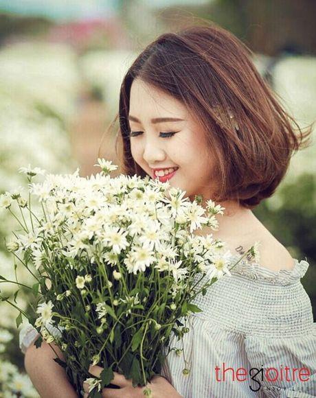 Thieu nu 10X dep tinh khoi, khoe sac giua vuon cuc hoa mi - Anh 8