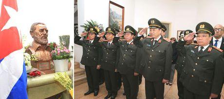 Nhan dan Viet Nam thuong tiec Fidel - Anh 2