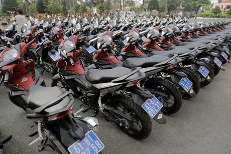 Canh sat hinh su Binh Duong duoc tang 100 xe Winner 150 cc - Anh 2