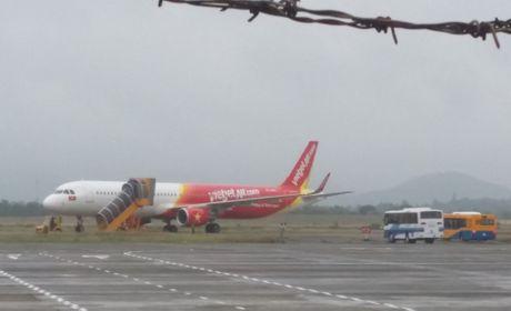 May bay cua VietJet bi truot ra via co o san bay Chu Lai - Anh 1