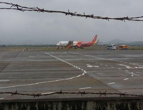 May bay cua VietJet bi truot ra via co o san bay Chu Lai - Anh 2