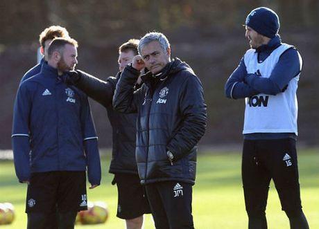 "Mourinho ""len lut"" den toi nghiep sau su co da chai nuoc - Anh 7"