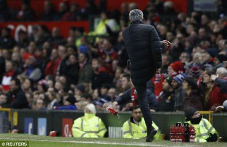 "Mourinho ""len lut"" den toi nghiep sau su co da chai nuoc - Anh 9"