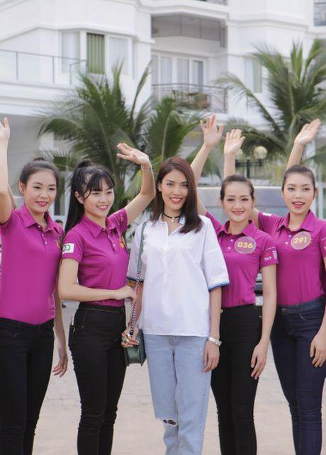 Hoa khoi Lan Khue tro tai catwalk truoc dan thi sinh Nguoi dep Xu Dua 2016 - Anh 2