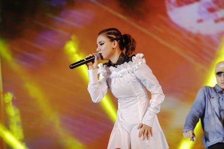 Thu Minh khuay dong san khau MTV Connection bang loat hit cua Ha Ho, Toc Tien - Anh 1