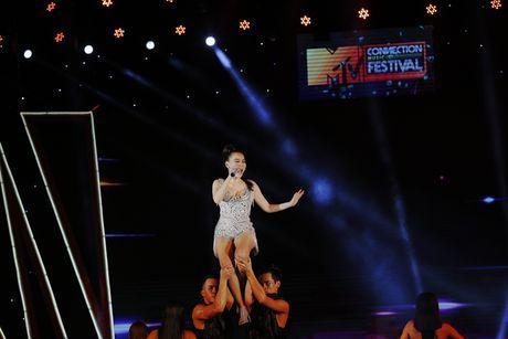 Thu Minh khuay dong san khau MTV Connection bang loat hit cua Ha Ho, Toc Tien - Anh 7