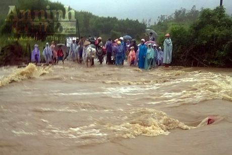 Quang Ngai: Mua lon keo dai, cuon troi mot cong nhan thuy dien - Anh 1