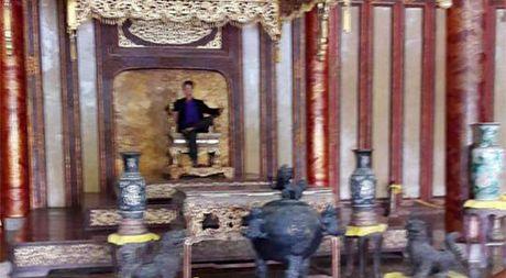 Trung tam Bao ton di tich co do Hue len tieng vu co ke 'ngoi trom' ngai vang - Anh 1
