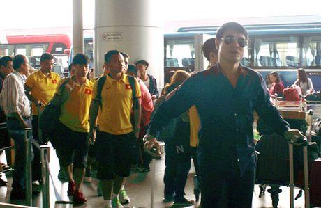 DT Viet Nam sang Indonesia thi dau tran ban ket luot di AFF Suzuki Cup 2016 - Anh 1