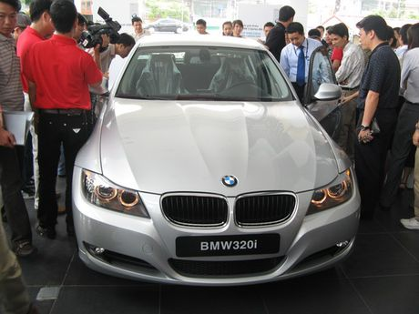 Dung thong quan cac lo hang nhap khau xe oto BMW cua Euro Auto - Anh 1