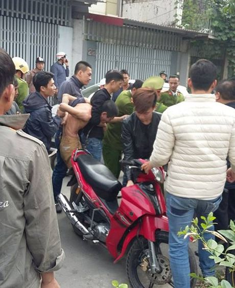 Cong an Hai Phong no sung vay bat ke om binh gas co thu - Anh 1