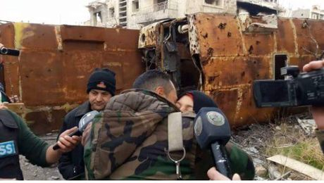 Chum video chien su Aleppo: Vu giai cuu con tin lon nhat lich su o Syria - Anh 1
