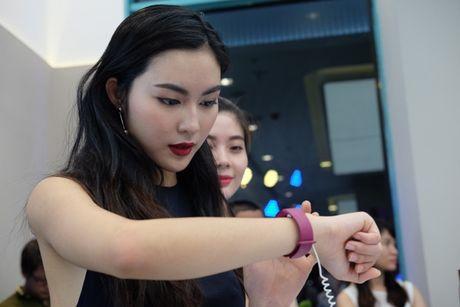 Samsung bat ngo giam nua gia Gear Fit 2, con gan 2 trieu dong - Anh 2