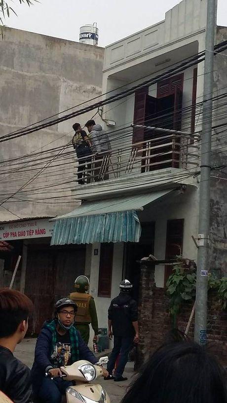 Cong an Hai Phong no sung vay bat doi tuong om binh gas co thu - Anh 1