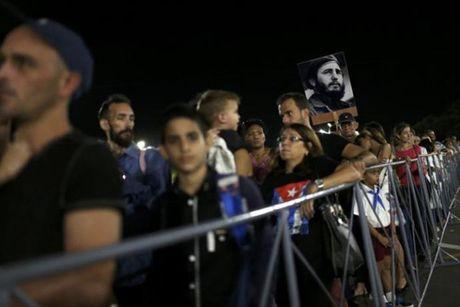 Ong Obama cu Dai su My vieng lanh tu Fidel Castro - Anh 1