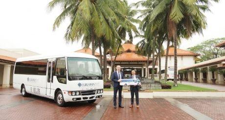 Furama Resort Da Nang mua xe bus Fuso Rosa don khach - Anh 1