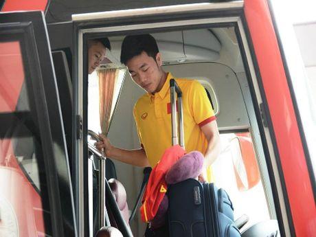 Thay tro HLV Huu Thang bi tre chuyen bay sang Indonesia - Anh 1