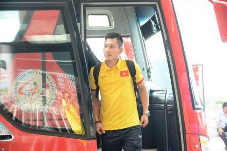 Thay tro HLV Huu Thang bi tre chuyen bay sang Indonesia - Anh 2
