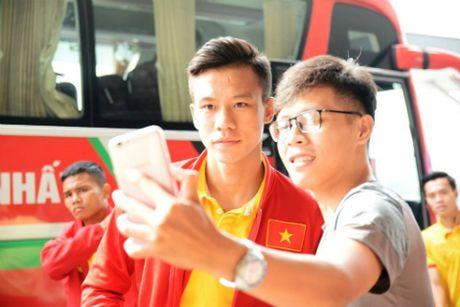 Thay tro HLV Huu Thang bi tre chuyen bay sang Indonesia - Anh 3