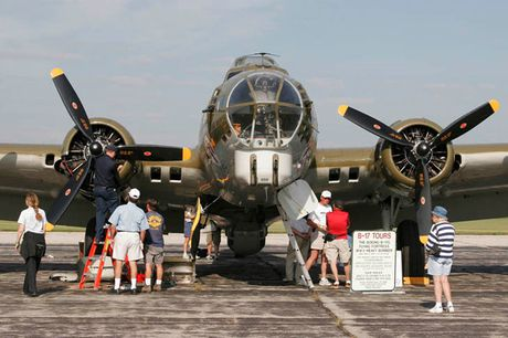 Hinh anh Phao dai bay B-17G 'Thunderbird' 13 sung may giua troi xanh - Anh 12