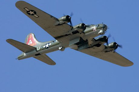 Hinh anh Phao dai bay B-17G 'Thunderbird' 13 sung may giua troi xanh - Anh 2