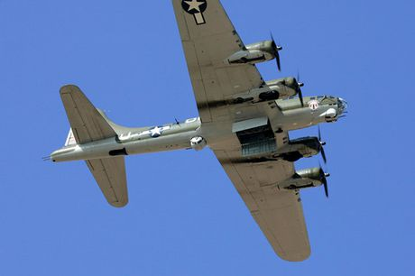 Hinh anh Phao dai bay B-17G 'Thunderbird' 13 sung may giua troi xanh - Anh 3