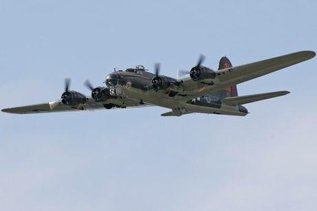 Hinh anh Phao dai bay B-17G 'Thunderbird' 13 sung may giua troi xanh - Anh 4