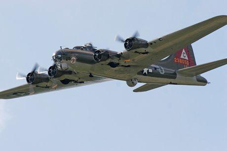 Hinh anh Phao dai bay B-17G 'Thunderbird' 13 sung may giua troi xanh - Anh 5