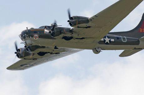Hinh anh Phao dai bay B-17G 'Thunderbird' 13 sung may giua troi xanh - Anh 6