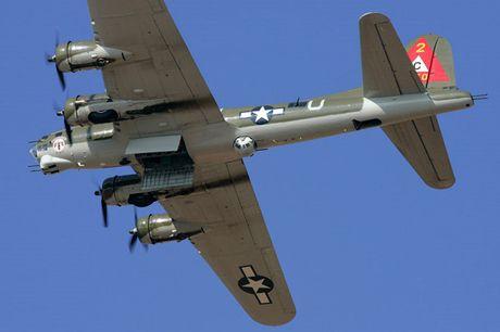 Hinh anh Phao dai bay B-17G 'Thunderbird' 13 sung may giua troi xanh - Anh 7