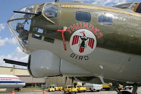 Hinh anh Phao dai bay B-17G 'Thunderbird' 13 sung may giua troi xanh - Anh 9