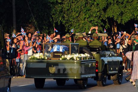 Nguoi dan tren khap Cuba vinh biet Lanh tu Fidel Castro - Anh 1