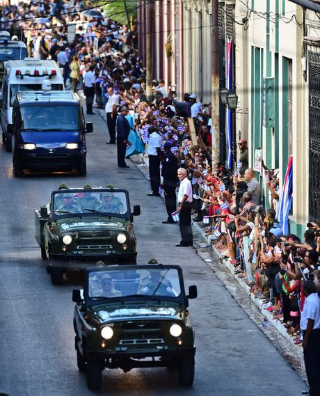 Nguoi dan tren khap Cuba vinh biet Lanh tu Fidel Castro - Anh 6