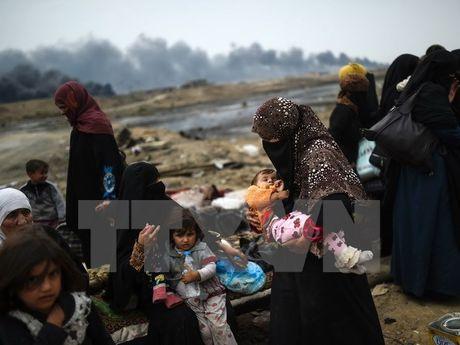 Mosul trong vong vay lua dan, nua trieu nguoi Iraq can kiet nuoc sach - Anh 1