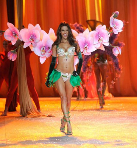 Can canh loat noi y cuc xa xi trong lich su Victoria's Secret - Anh 5