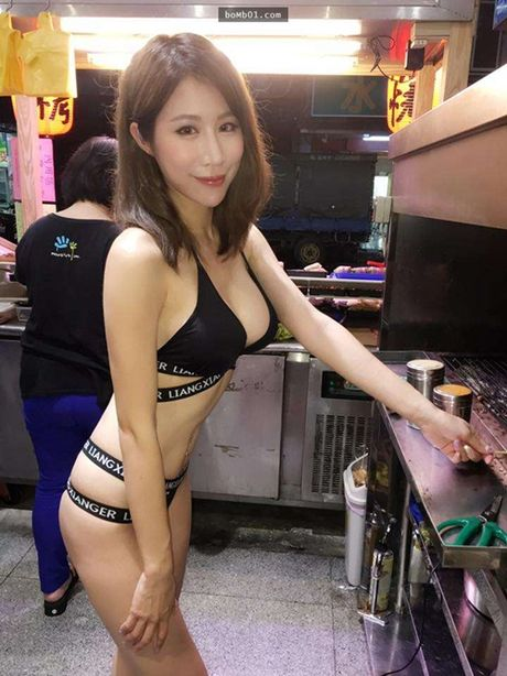 Hot girl ban thit xien nuong TQ khien quan an nuom nuop khach - Anh 1