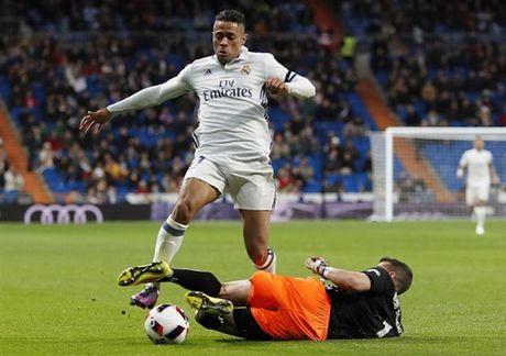 Zidane ra san va ghi ban, Real lai 'huy diet' Leonesa - Anh 2