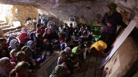 Lop hoc trong hang o Syria - Anh 1