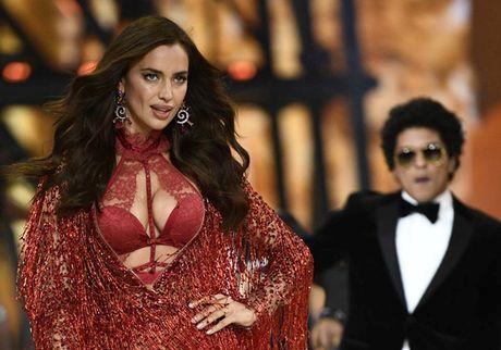 Co bau, bo cu Ronaldo van tham gia show Victoria's Secret - Anh 1