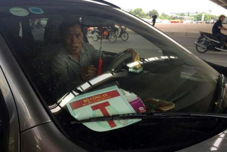CSGT Ha Noi truy quet nhung xe gan mac 'Bo Cong an' trai phep - Anh 1