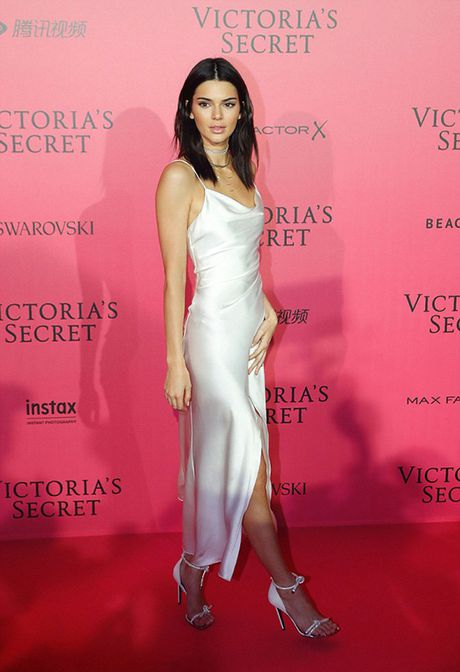 Tham do VS show: Kendall Jenner mac vay ngu, Bella Hadid pho bay noi y - Anh 1