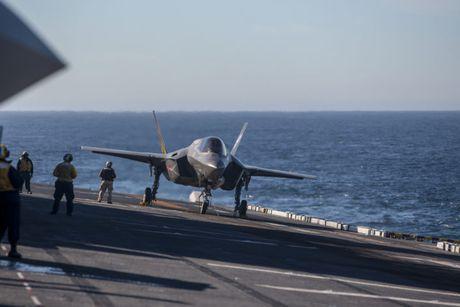 Clip: Tiem kich F-35B tap tran dep mat tren tau do bo USS America - Anh 1
