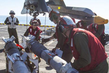 Clip: Tiem kich F-35B tap tran dep mat tren tau do bo USS America - Anh 2