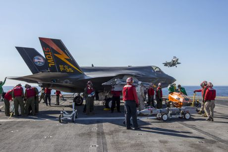 Clip: Tiem kich F-35B tap tran dep mat tren tau do bo USS America - Anh 3