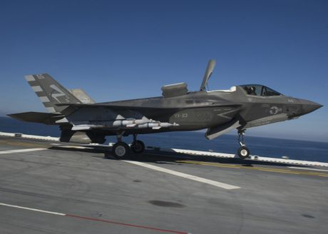Clip: Tiem kich F-35B tap tran dep mat tren tau do bo USS America - Anh 4